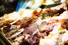 Chocolate na exposição na loja italiana fotos de stock