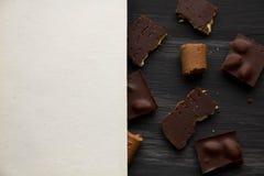 Chocolate no preto a tabela velha Imagem de Stock