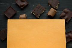 Chocolate no preto a tabela velha Fotografia de Stock