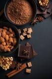 Chocolate, nueces, dulces, especias y azúcar marrón Fotos de archivo libres de regalías