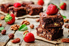 Chocolate nut brownie cake decorated with strawberries Royalty Free Stock Photos