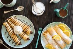 Chocolate Nutella y Sugar Crepes pulverizado limón Foto de archivo libre de regalías