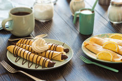 Chocolate Nutella y Sugar Crepes pulverizado limón Imagenes de archivo