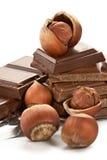 Chocolate oscuro amargo en una hoja y tuercas imágenes de archivo libres de regalías