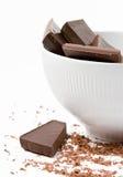 Chocolate oscuro en el tazón de fuente Fotos de archivo libres de regalías