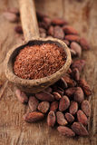 Chocolate oscuro rallado en cuchara de madera vieja en choco asado del cacao Imagen de archivo libre de regalías