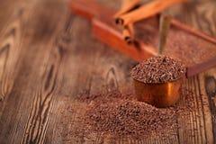 Chocolate oscuro rallado en la cacerola de cobre de la medida foto de archivo