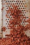 Chocolate oscuro rallado multa en el rallador Fotos de archivo