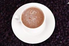 Chocolate para cocer, confitería, decoración con la taza de Cappuccin Imagen de archivo