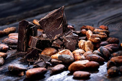 Chocolate pieces and cocoa beans Royalty Free Stock Photography