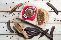 Chocolate poner crema de los carobs de la visión superior Fotos de archivo