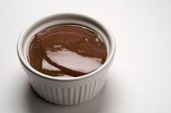 _ chocolate poner crema taza Imágenes de archivo libres de regalías