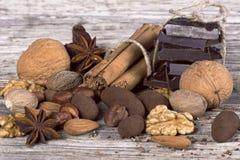Chocolate, porcas, canela e anis. Especiarias Fotografia de Stock Royalty Free