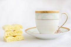Chocolate poroso branco saboroso e xícara de café Fotografia de Stock