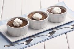Chocolate Pot de Creme oder gebackener Vanillepudding mit Schlagsahne Lizenzfreie Stockbilder