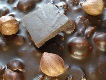 Chocolate preto com avelã Uma parte de chocolate em uma barra de chocolate Vista de acima Fotografia de Stock