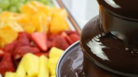 Chocolate que fluye en una fuente del chocolate almacen de metraje de vídeo