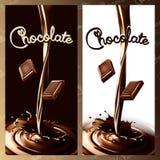 Chocolate que fluye o cacao del chapoteo realista con el pedazo del chocolate stock de ilustración
