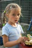 chocolate que hace furtivamente de la muchacha. Foto de archivo