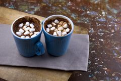 Chocolate que se calienta caliente con las melcochas foto de archivo libre de regalías