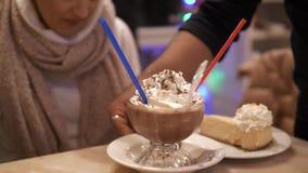 Chocolate quente com bolo de queijo do creme e do estilo de New York vídeos de arquivo