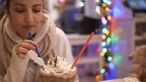 Chocolate quente com bolo de queijo do creme e do estilo de New York video estoque