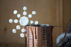 Chocolate quente com close-up do floco de neve do marshmallow fotos de stock royalty free