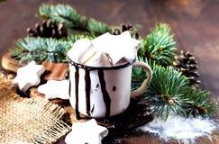 Chocolate quente com doces do marshmallow Fundo de madeira do feriado com decorações do Natal e árvore de abeto imagem de stock