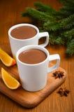 Chocolate quente com laranja e especiarias na tabela de madeira rústica fotos de stock