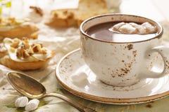 Chocolate quente com marshmallow e bruschetta ou crostini fotografia de stock royalty free