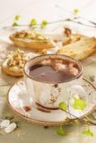 Chocolate quente com marshmallow e bruschetta ou crostini imagem de stock royalty free