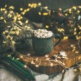 Chocolate quente com marshmallows, colheita quadrada do inverno do Natal foto de stock