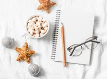 Chocolate quente com marshmallows e canela, bloco de notas vazio limpo, decorações do Natal em um fundo claro Inspirat do Natal imagem de stock royalty free