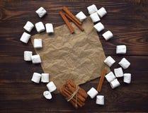 Chocolate quente com marshmallows e canela Decorat do Natal imagens de stock