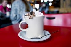 Chocolate quente com marshmallows e chantilly Imagem de Stock Royalty Free