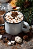 chocolate quente com marshmallows e doces no fundo de madeira Foto de Stock Royalty Free
