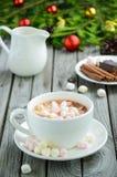 Chocolate quente com os marshmallows na tabela de madeira rústica foto de stock royalty free
