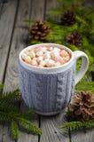 Chocolate quente com os marshmallows na tabela de madeira rústica fotografia de stock royalty free