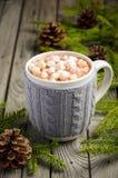 Chocolate quente com os marshmallows na tabela de madeira rústica imagens de stock royalty free