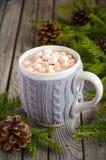 Chocolate quente com os marshmallows na tabela de madeira rústica imagem de stock