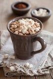 Chocolate quente com os mini marshmallows que aquecem a bebida Fotos de Stock