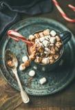 Chocolate quente do Natal com marshmallows e bastão de doces imagem de stock