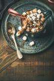 Chocolate quente do Natal com marshmallows e bastão de doces, espaço da cópia imagens de stock