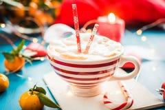 Chocolate quente do Natal com marshmelow, luzes de Natal fotografia de stock royalty free