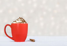Chocolate quente em uma caneca vermelha - deleite do inverno Fotos de Stock Royalty Free