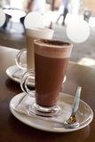 Chocolate quente em uma classe alta com café Latte Imagens de Stock