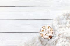 Chocolate quente em uma tabela branca imagem de stock
