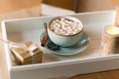 Chocolate quente, presente do Natal e velas na tabela fotos de stock