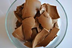 Chocolate rachado dos ovos no fundo branco Foto de Stock Royalty Free