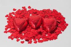 Chocolate rojo envuelto con los corazones Imagen de archivo